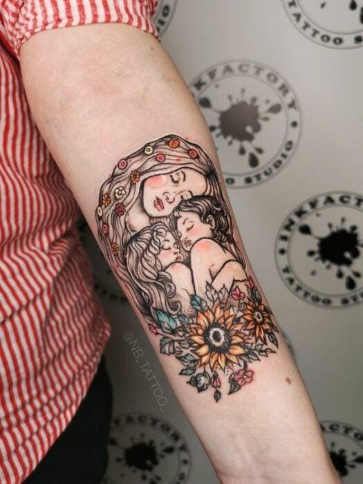 Tatuaje en el brazo de mamá abrazando a su hijo