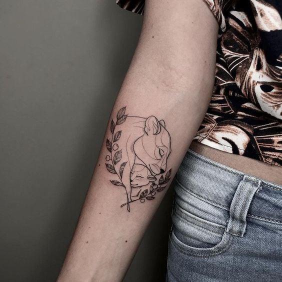 Tatuaje en el brazo de leona con su cría