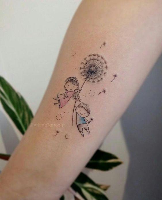 Tatuaje en el brazo de una niña y un niño volando en un diente de león