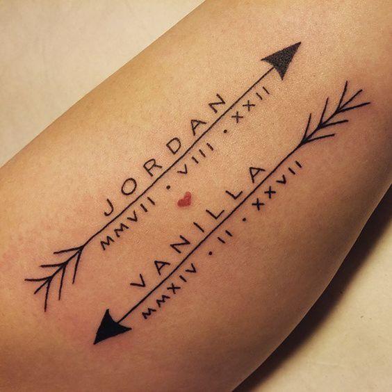 Tatuaje en el brazo de nombres y fecha de hijos