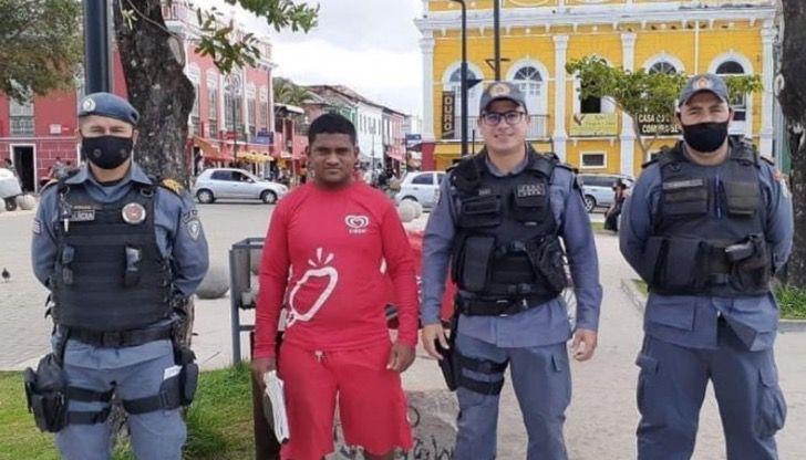 Renilson Nunes, vendedor de paletas junto a un policía