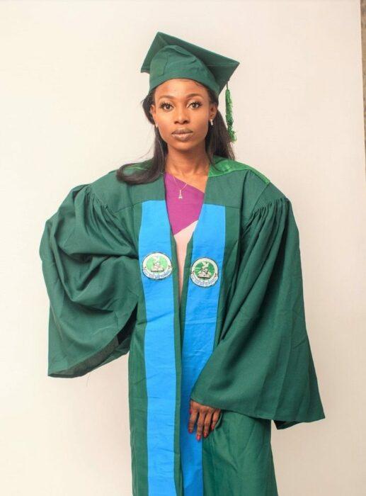 Chica usando toga verde para su graduación; Vivía en edificios sin terminar, no tenía recursos, pero logró graduarse con honores