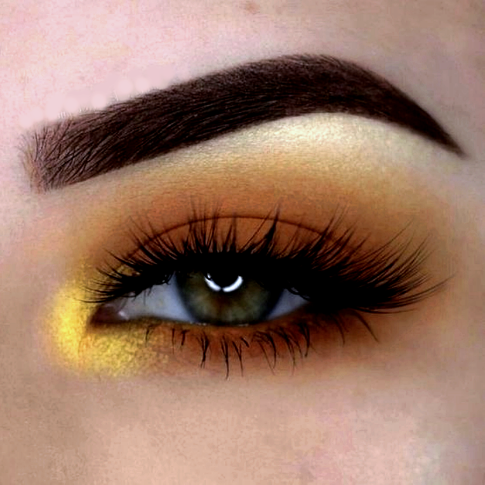 maquillaje de ojos con sombras naranjas, amarillas y doradas, pestañas postizas