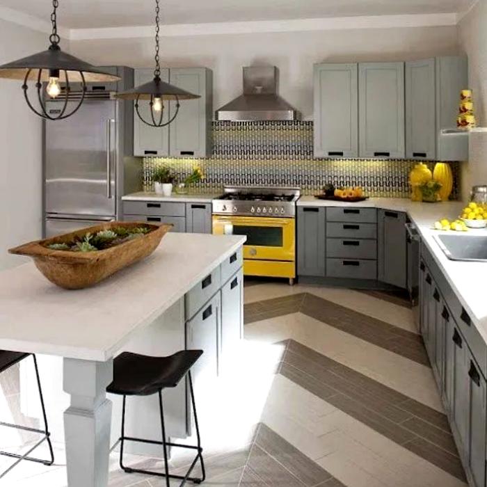 cocina amarilla con gris, estufa amarilla, gabinetes grises, decoración interior