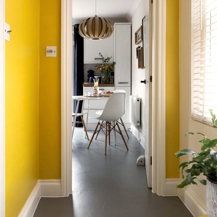 sala y comedor con diseño interior en color amarillo y gris, paredes amarillas, pisos grises, muebles blancos