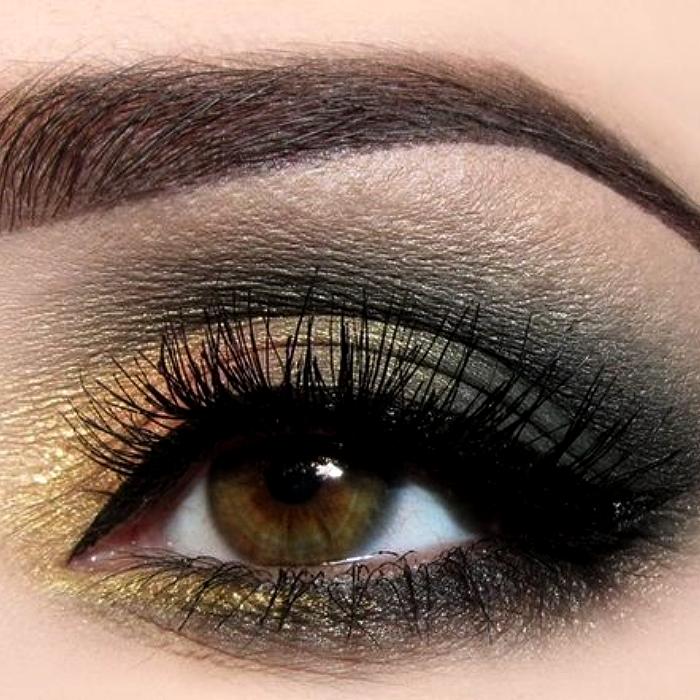 maquillaje de ojos con sombras doradas, grises, negras y delineador negro, pestañas postizas