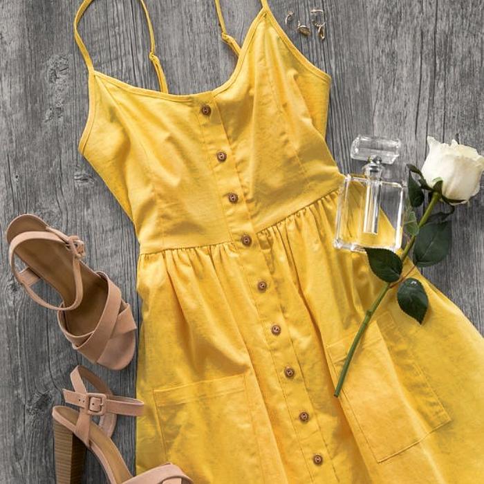 vestido amarillo de tirantes, con botones al frente y ajuste a la cintura