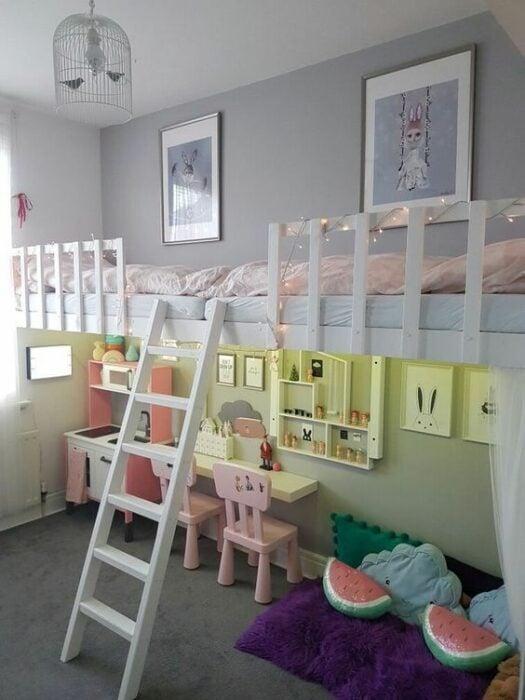 Habitación para niñas con paredes grises y  cama de dos pisos con planta baja como espacio de juego y planta alta como camas con colchones blancos y cuadros de conejitos en la pares