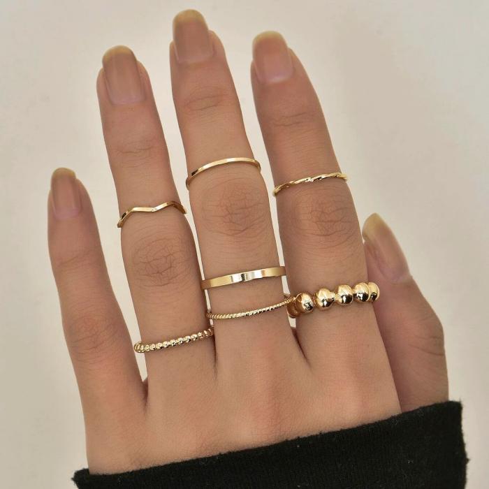 anillos dorados delgados con forma de corazón y cadena