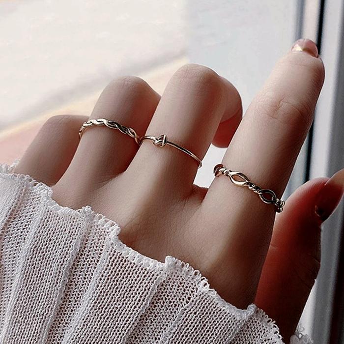 anillos delgados metálicos dorados