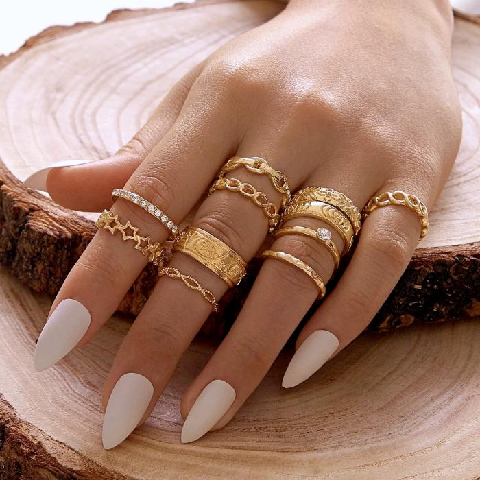 anillos dorados, plateados delgados con diseño minimalista, cuadrado, de cadena, manicura blanca