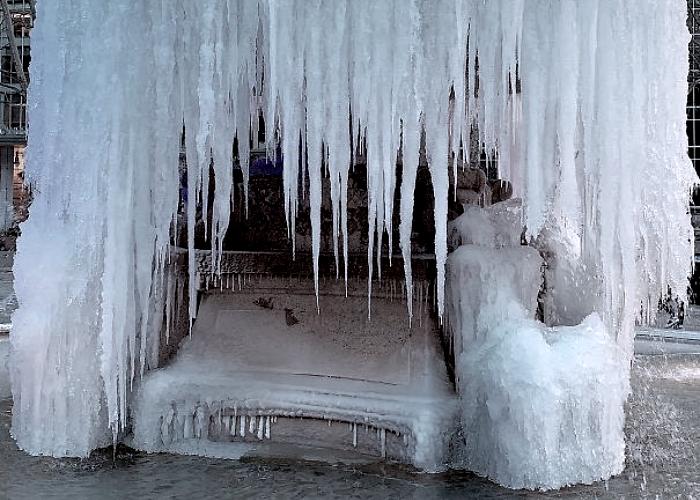 fuente en un parque, congelada por el frío en invierno