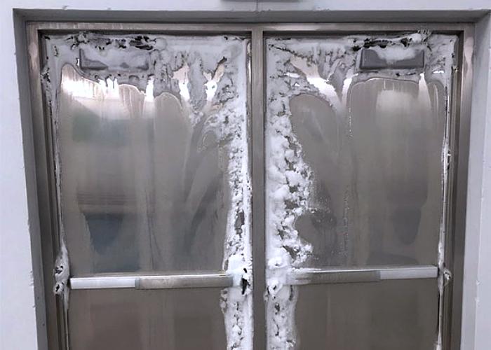 puertas de un hospital, congeladas por el frío en invierno