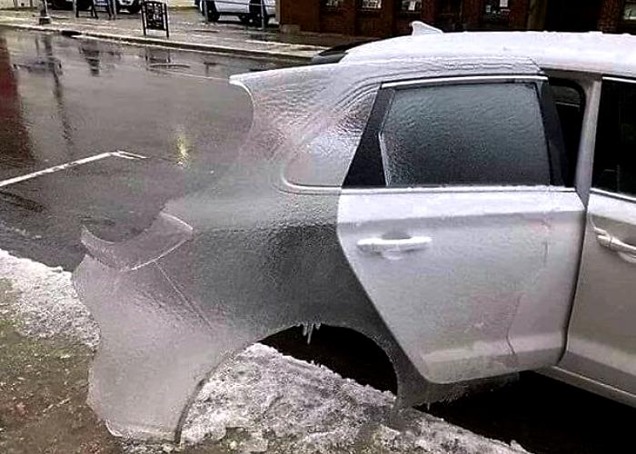 puerta de carro auto congelada por el frío
