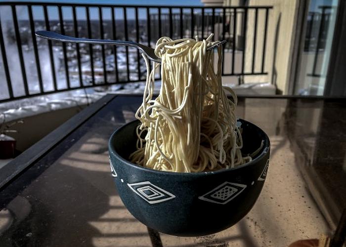 plato con tenedor y espagueti congelado por el frío