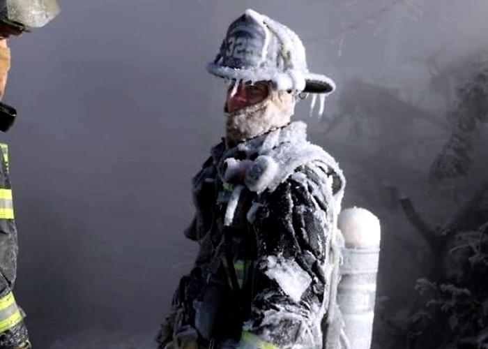 bombero con equipo congelado por el frío