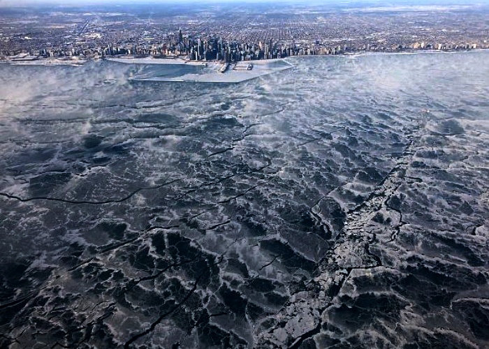 costa del mar congelada por el frío en la ciudad