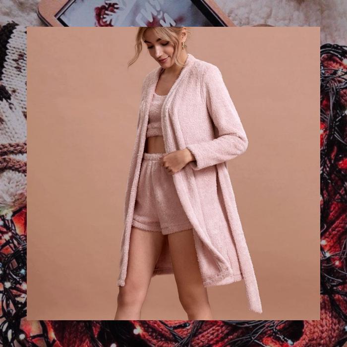 set rosa de shorts, crop top y bata color rosa estilo fuzzy teddy