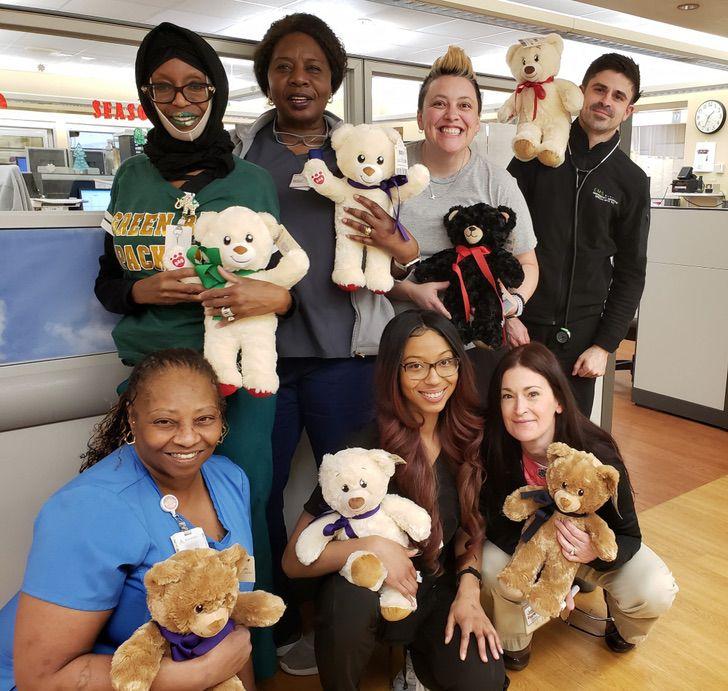 Regalan osos de peluche a niños hospitalizados para que se sientan acompañados