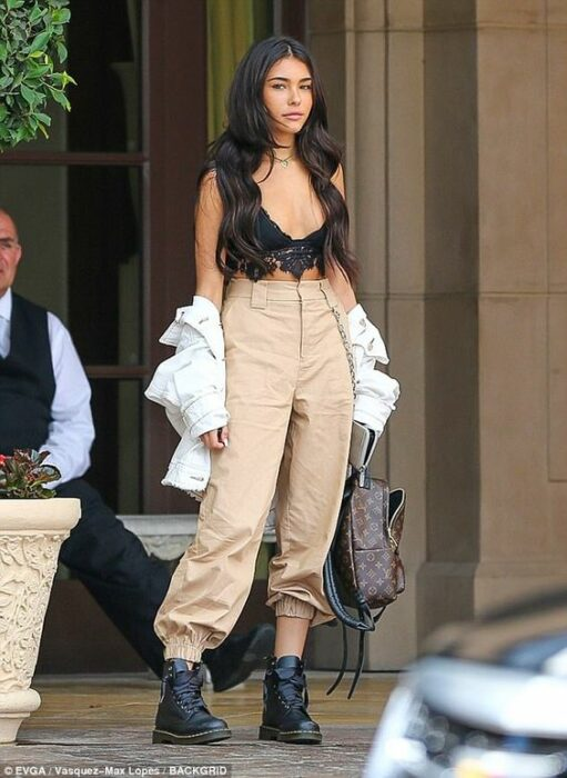 girl with baggy camel trousers and a black top; 13 Ideas to wear baggy pants without losing style