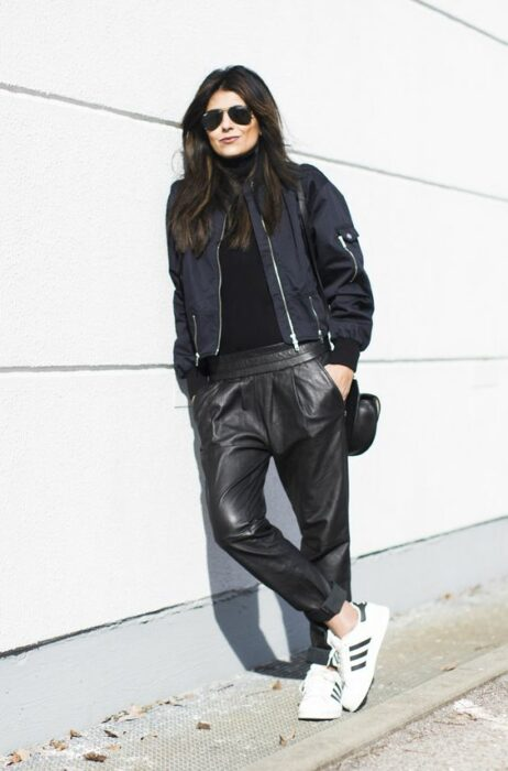 Girl in baggy pants in leather style; 13 Ideas to wear baggy pants without losing style