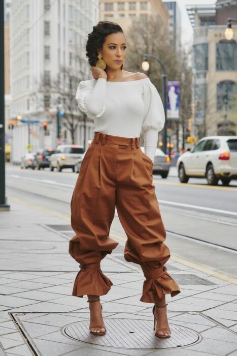 girl with baggy pants with ruffles in brown13 Ideas to wear baggy pants without losing style