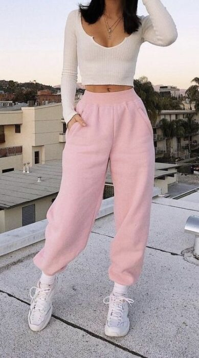 Girl with pastel pink pants13 Ideas to wear baggy pants without losing style