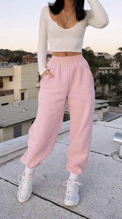 chica con pants rosa pastel13 Ideas para usar pantalones holgados sin perder el estilo