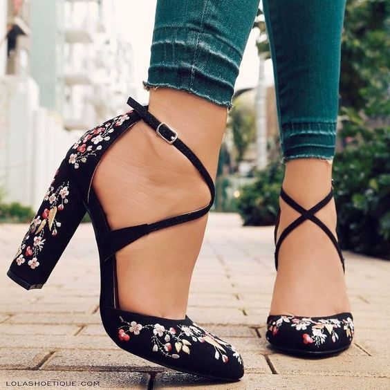 girl with high shoes, crossed ribbon, with flower embroidery; 3 Embroidered shoes that you would like to have in your wardrobe