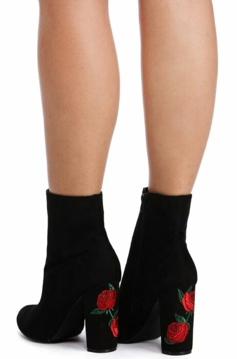 chida with black, high boots, embroidered on the heel with red flowers; 13 embroidered shoes that you would like to have in your wardrobe