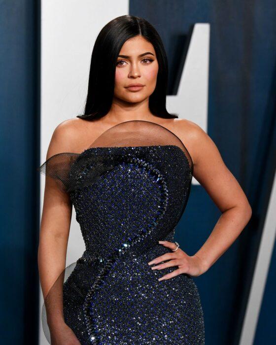 Kylie Jenner durante una entrega de premios llevando un vestido de noche de corte sirena