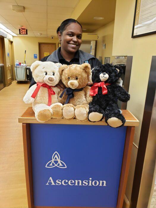 Medica recibiendo osos de peluche de The Bear Hug Project