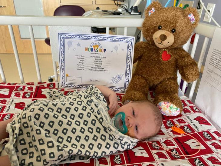Bebé en cuidados neonatales con un oso de The Bear Hug Project