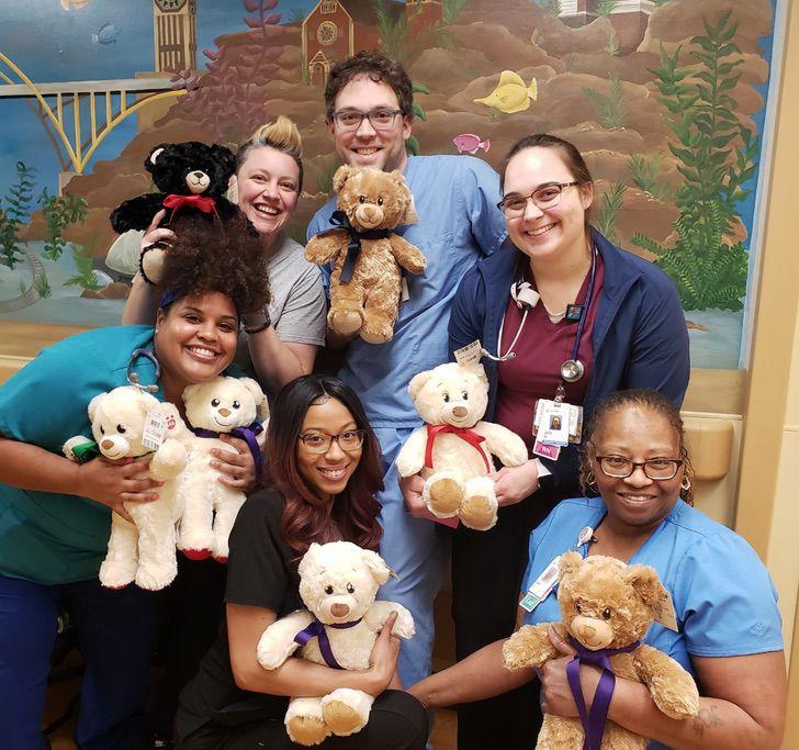 Personal médico y colaboradores de la fundación The Bear Hug Project