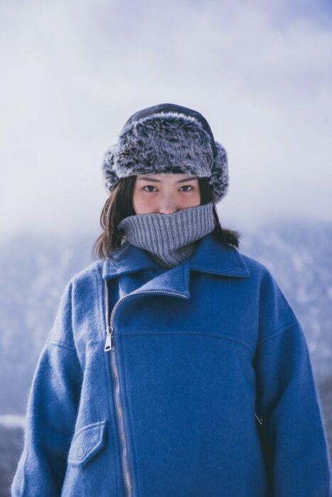 Chica usando prendas de invierno en invierno