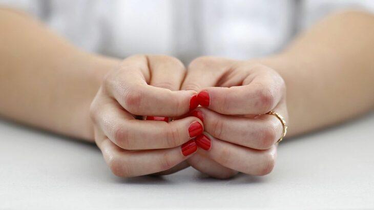Chia usando esmalte en tono rojo; 4 Motivos por los que podrías morder tus uñas constantemente