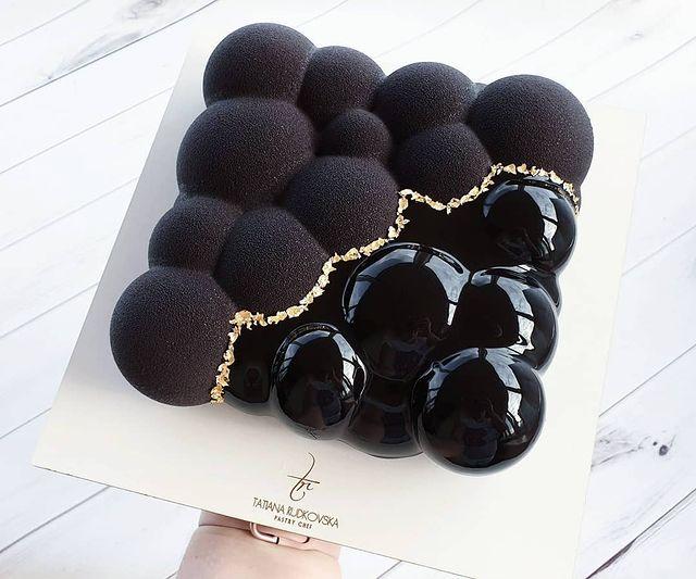 Pastel de chocolate con betún tono negro