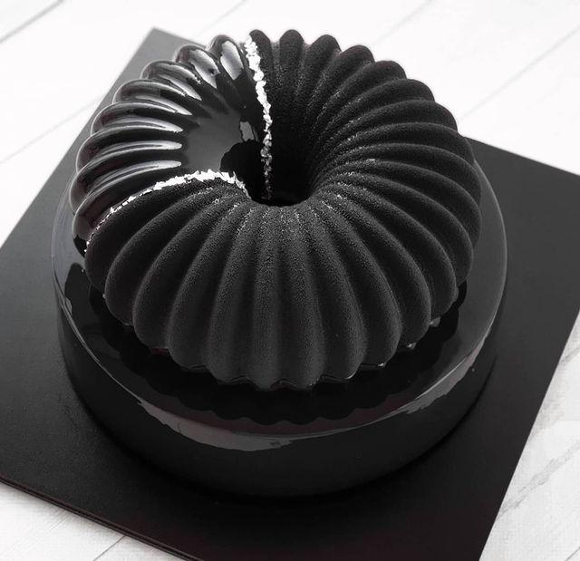 Pastel con pliegues en color negro con espolvoreado plateado