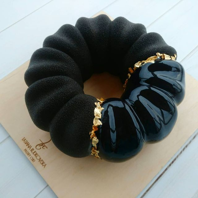 Pastel de rosca en color negro con betún de chocolate