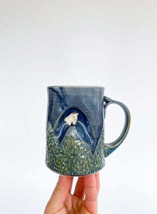 Taza de Brooke Knippa de AP Curiosities Art Studio de Cabra del monte