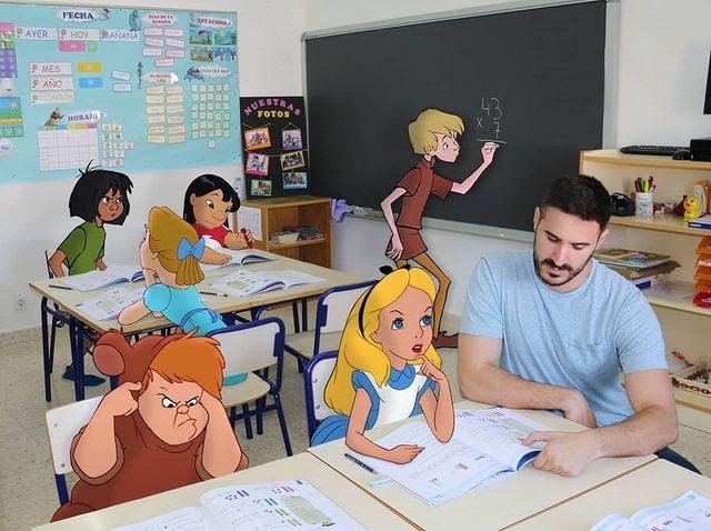 Samuel MB con personajes de disney en salón de clases