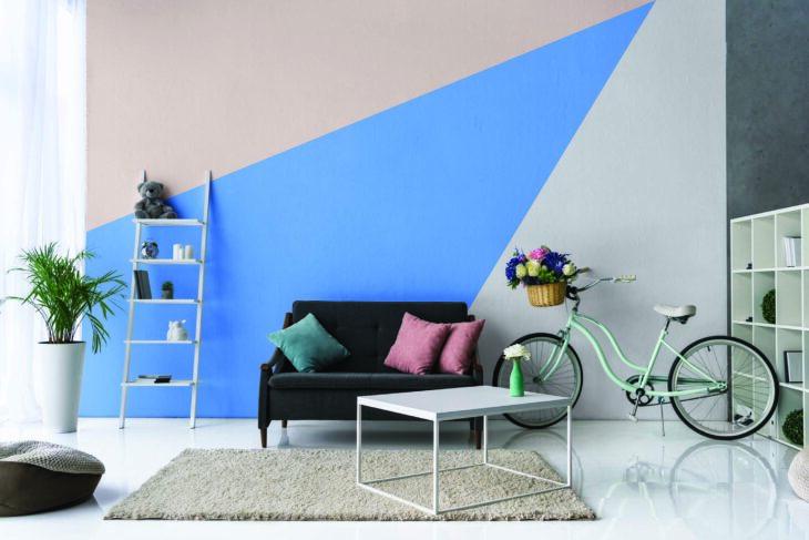Pared pintada en tonos neutros en colores azul cielo gris y rosa pálido estilo minimalista romántico