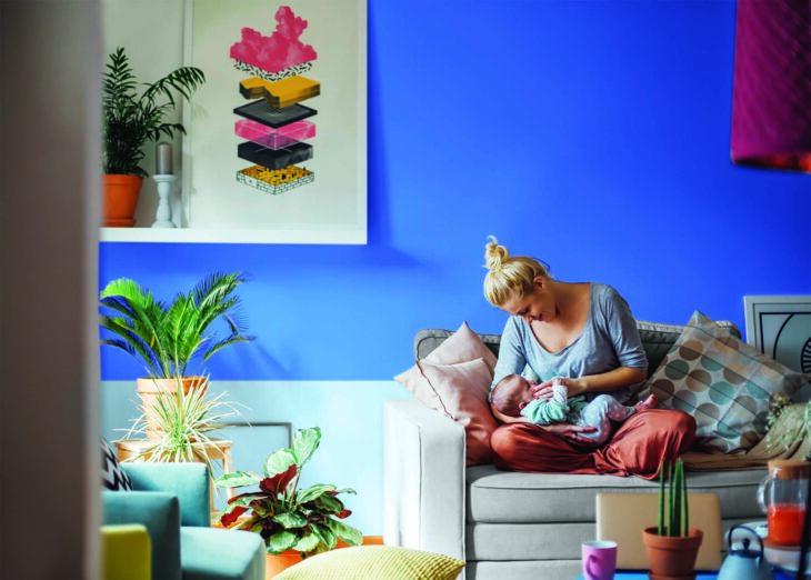 Pared pintada en tonos pastel azul cielo en  una sala familiar