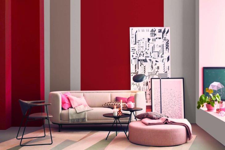 pared pintada en tonos neutros con acentos en color rojo en una sala con tonos pastel estilo minimalista.