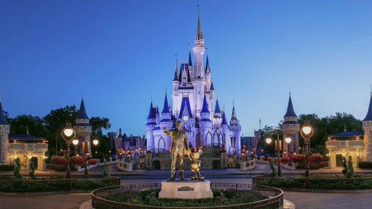 entrada al parque temático de Disney World; Disney World pone sus boletos a mitad de precio; quieren recuperarse de la crisis