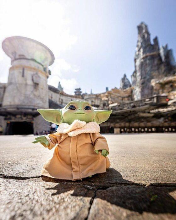 Muñeco de Baby Yoda en el parque de diversiones de Disney World; Disney World pone sus boletos a mitad de precio; quieren recuperarse de la crisis