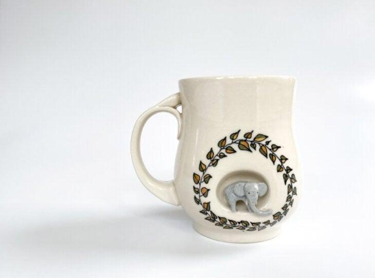Taza de Brooke Knippa de AP Curiosities Art Studio de Elefante