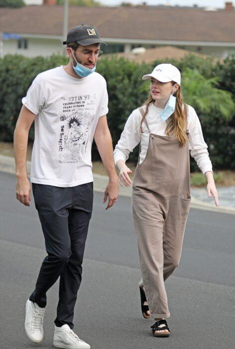 Emma Stone y su esposo Dave McCary dando una caminata