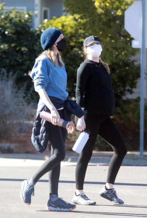 Emma Stone y una amiga dando una caminata
