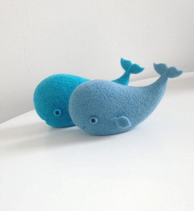 Figurilla de fieltro en forma de ballenas